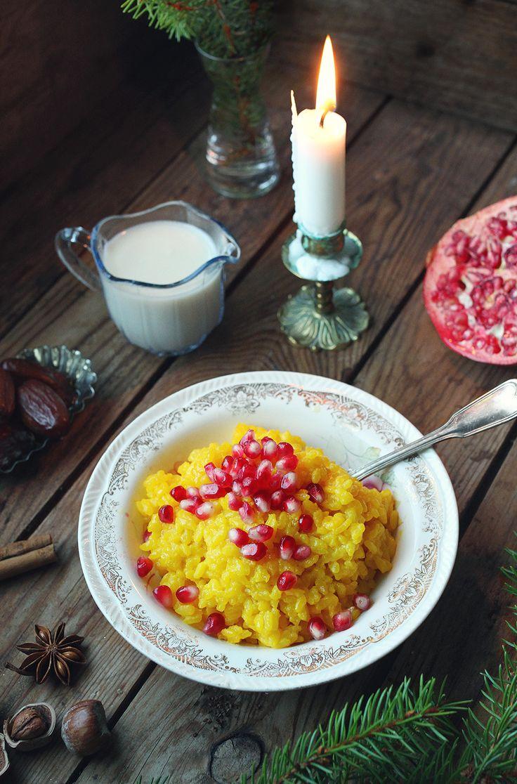 [ Saffransgröt ] Koka risgrynsgröten enligt anvisningarna på förpackningen. Blanda ner ½ g saffran. Toppa med granatäppelkärnor, dadlar, nötter & varma hallon.