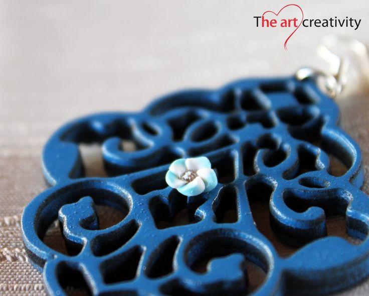 Orecchino in legno dipinto e con apllicazione di rosa in pasta sintetica. #handmade #legno #orecchini #summer #azzurro