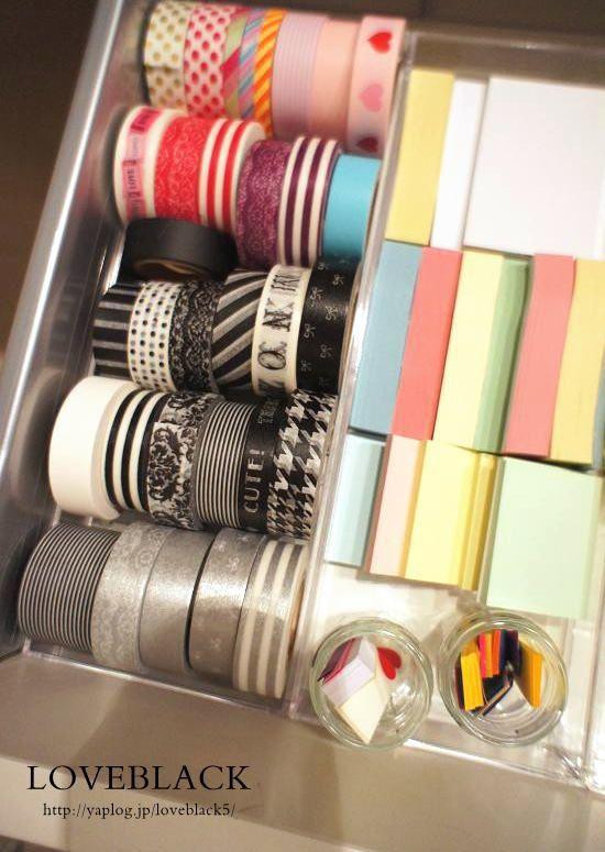 ◆ペンスタンド、ペントレー、MD、CD…種類もいろいろ    MDと書かれたタイプはスクエア型で蓋付きなので  プレゼントボックスとしても使えそうなものです    無印のアクリルシリーズに比べると  透明感や品質は劣るのは否めませんが  扱いやすい軽さと  無印にはない小さいサイズがあるのがうれしいです(^^)    <ペントレー>  マスキングテープや付箋の整理に 【セリアのクリアケースで作るキレイな収納】ケースの中を更に仕切る! : love HOME 収納&インテリア