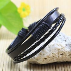 Bratara din piele neagra, cu fire textile negre