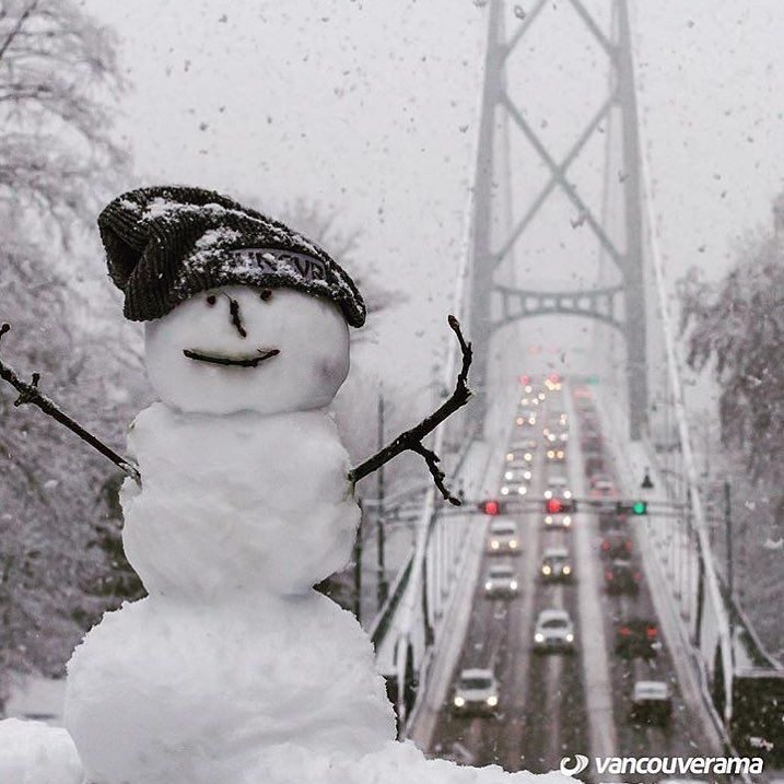 Making the most of winter! ❄️❄️❄️❄️ Cool pic from @vancouverama #Vancouver #Canada #winter #christmascanadastyle #travel #westcoast #backpacking #celebrate #seasons #snow #snowman #samesun