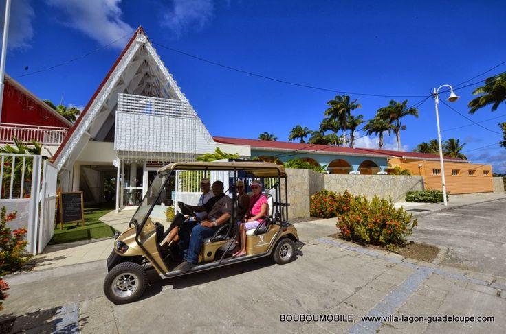 Voiture électrique à disposition des villas de luxe en Guadeloupe devant l'entrée du golf 18 trous à St François