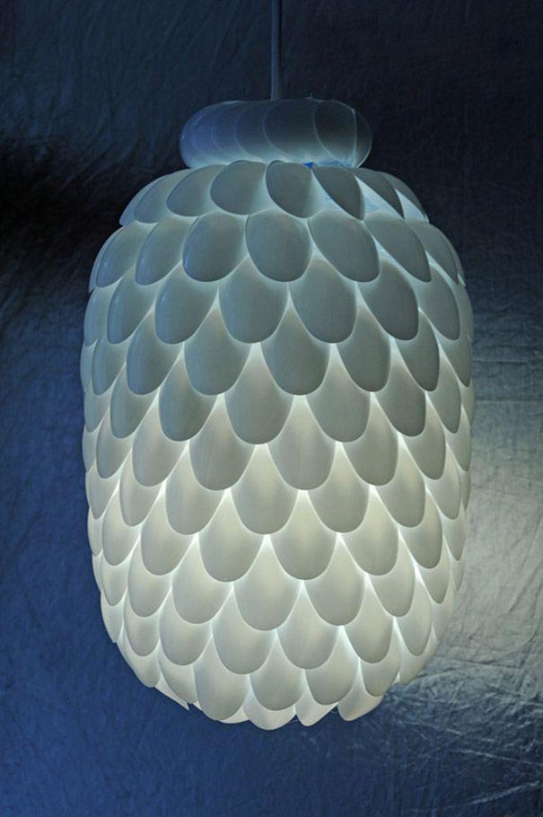 D'incroyables façons de donner une seconde vie aux objets que vous n'utilisez plus - luminaire avec une bonbonne d'eau et des petites cuillères en plastique