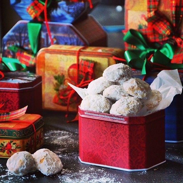 Για τις ημέρες των εορτών ετοιμάσαμε λαχταριστούς κουραμπιέδες αμυγδάλου χρησιμοποιώντας βούτυρο γάλακτος και τις καλύτερες πρώτες ύλες. Αναζητήστε τα Christmas boxes στο χώρο μας και καλή σας απόλαυση!