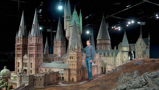 イギリスはロンドンでワーナー・ブラザーズが今月末から行うハリー・ポッターツアーでは、映画の裏を見ることができます。例えば、魔法魔術学校の生徒が生活するホグワーツ城のセットとか。元々は、賢者の石の映画の時に作られたこのセット、以来どのシリーズにも学校の外観ショットの撮影に使用されてきました。製作に携わったのは、86人とアーティストと職人。セットには、2500個もの光ファイバーの電飾が使用されています。