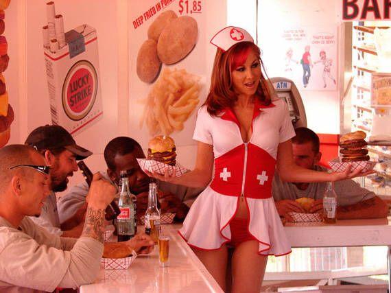 Heart Attack Grill, Las Vegas. In questo ristorante di Las Vegas tutto è eccessivo. Il menù riporta solo i piatti più calorici del mondo, le cameriere hanno unifromi super succinte e gli obesi mangiano gratis se superano i 160 kg di peso.