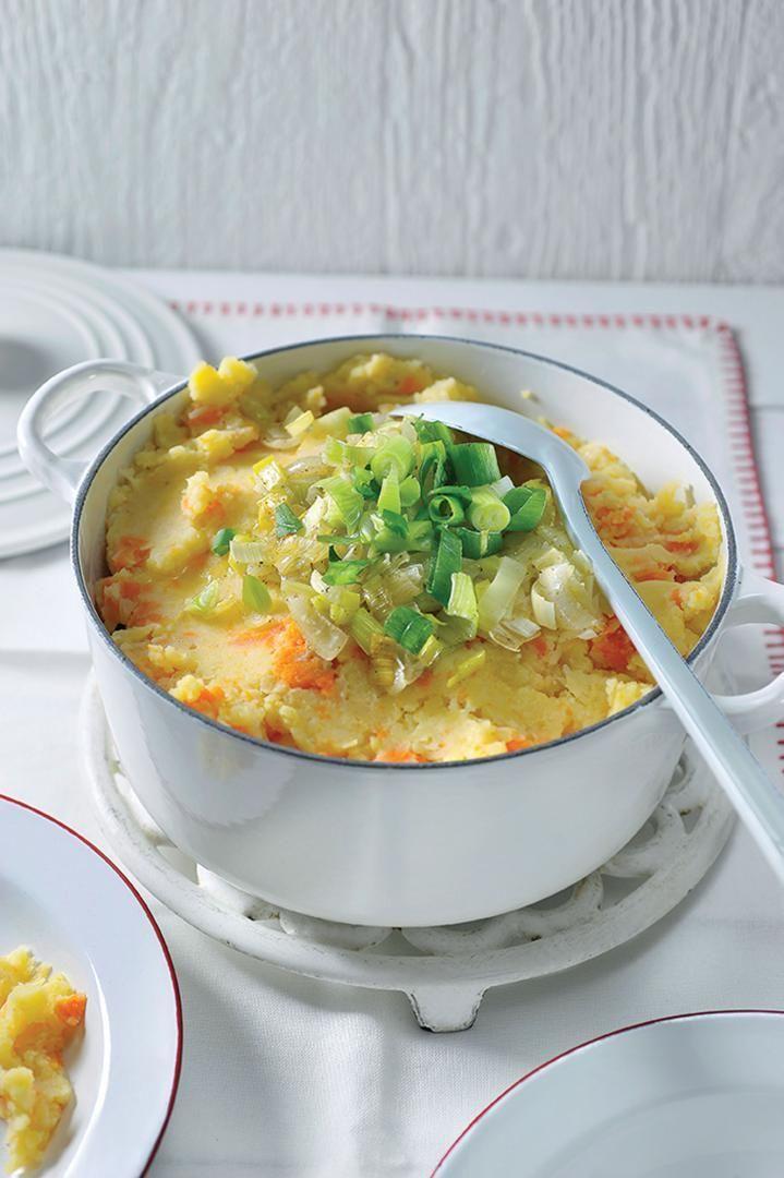 Bereiden: Kook de aardappelen, knolselder en wortelen gaar in licht gezouten water. Fruit de ui in een klontje boter. Doe de prei erbij en stoof even mee. Doe de rest van de boter bij de puree en breng op smaak met peper, zout en nootmuskaat. Stamp de puree half fijn met een pureestamper.Werk af: Meng de gestoofde prei en ajuin onder de puree. Werk af met de lente-ui, proef en kruid eventueel nog een beetje bij. Voeg nog een scheutje melk toe zodat je een mooie gladde puree krijgt.