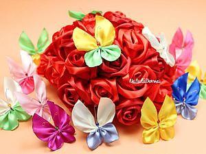 Для работы нам понадобятся: гипс (можно строительный); пластилин; скалка; канцелярский нож; форма для заливки гипса (можно колпачки со срезаным верхом); акриловые краски; акриловый лак; наждачная бумага; дрель; шнурок; пинцет; сухие цветы (можно использовать живые цветы, кружева); На клеенке раскатываем пластилин. Я использую сухие цветы, поэтому стоит перед работой их замочить в воде на пять минут. Тогда будет легче их доставать из пластилина.