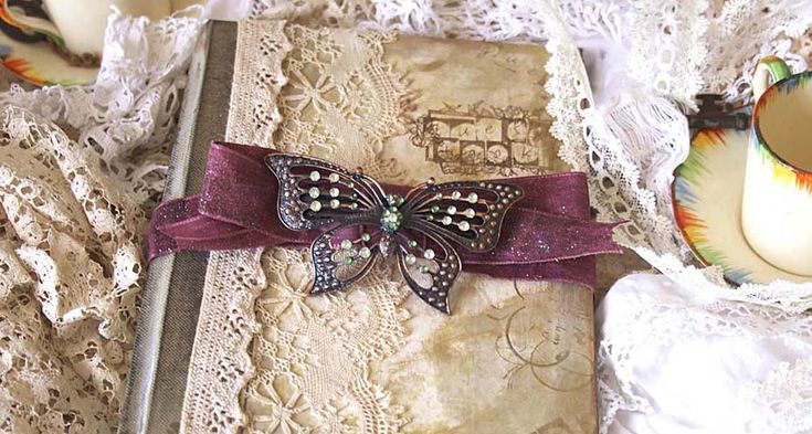 Vintage wedding guest book perfect for your theme or simply lovely for any wedding theme. #Weddings #WeddingGuestBooks