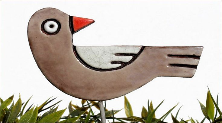 O APANHADOR DE DESPERDÍCIOS, DE MANOEL DE BARROS – Os pássaros que ilustram o famoso poema são de cerâmica sobre aço inox e usados para decorar gramados e jardins. Por isso, são caros. Uma al…