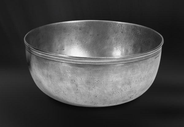Pewter Bowl - Diameter: 31 cm (12,2″) - Height: 13 cm (5,1″) - Food Safe Product - #bowl #pewter #catinella #ciotola #scodella #bacinella #peltro #zinnschüssel #schüssel #zinn #étain #etain #bol #coupe #peltre #tinn #олово #оловянный #tableware #dinnerware #table #accessories #gifts #giftware #home #housewares #decor #design #bottega #peltro #GT #italian #handmade #made #italy #artisans #craftsmanship #craftsman #primitive #vintage #antique