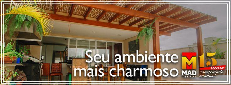 Pergolado de madeira com cobertura e treliça de bambu, perfeito em uma área gourmet para aproveitar o final de semana