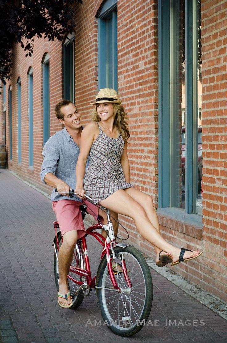 фотосессия на велосипеде пара простые полумахровые белые