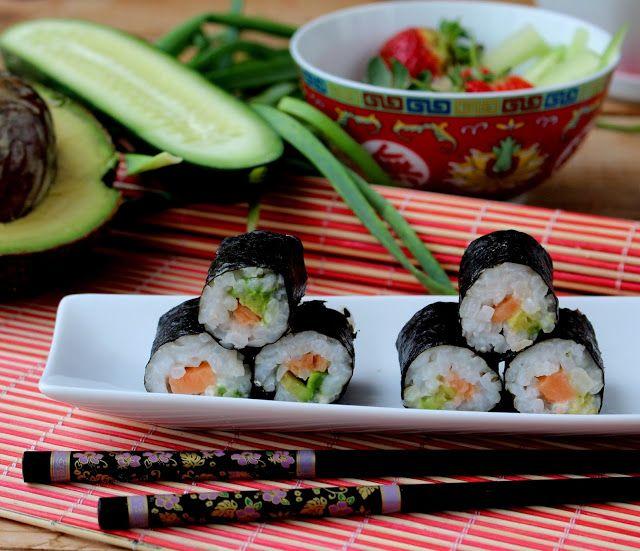 Hossomaki Sushi de Salmão e Abacate: 200 g de arroz para sushiBom Sucesso 500 ml de água 3 c. sopa de vinagre/tempero para sushiKikkoman 1/2 embalagem demedalhões de ...