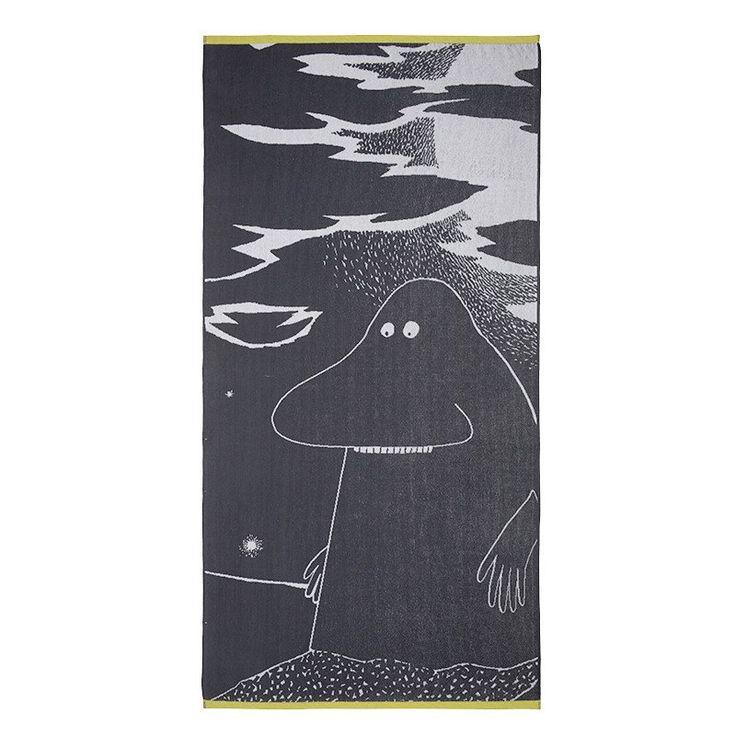 A beachtowel featuring the loveable Groke.The towel is made of 100 % cotton and is a great companion on the beach or at the summer cottage. Size 90 x 180 cm.Ihastuttava Mörkö-rantapyyhe. Pyyhe on 100 % puuvillaa ja se sopii yhtä hyvin rannallekuin kesämökillekin. Koko90 x 180 cm.En förtjusande Mårran strandhandduk. Handduken är 100% bomull och passar perfekt hemma och på sommarstugan. Storlek 90 x 180 cm.
