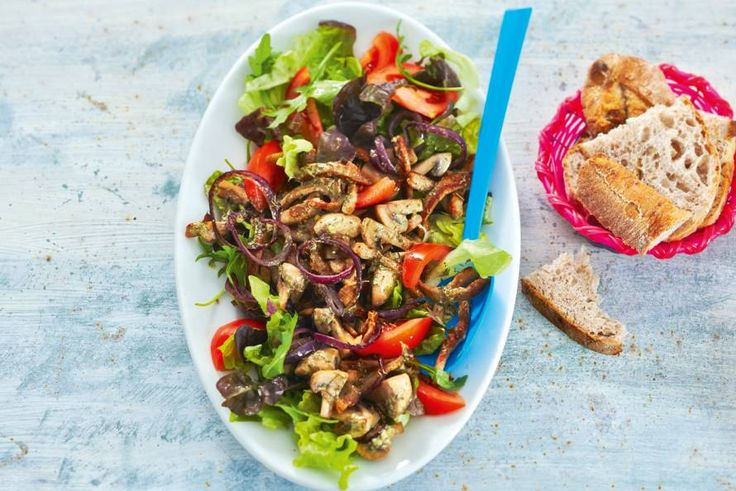 Warme champignons, knapperige sla: passen perfect bij elkaar - Recept - Allerhande