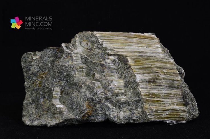 Chryzotyl-Azbest serpentynowy Złoto-zielone kłaczki Pochodzenie: Sobótka, Polska Wymiary: 11.0 x 8.5 x 5.8 cm Waga: 593 g Wzór chemiczny: (Mg6[(OH)8/Si4O10])