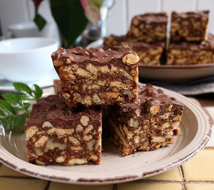 This is a rustic looking, delicious, moorish & addictive, no-bake biscuit based slice that is topped with our very own Whittaker's peanut chocolate.