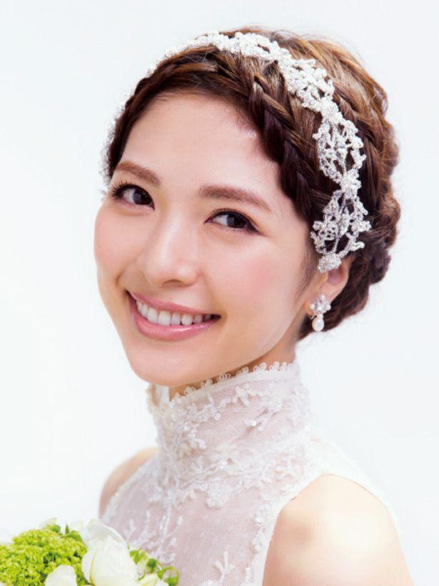 ミニマルなシルエットの編み込みヘアはスタンドカラーのドレスにぴったり。ビジューアクセをカチューシャのようにあしらって、可愛らしさのなかに、上...