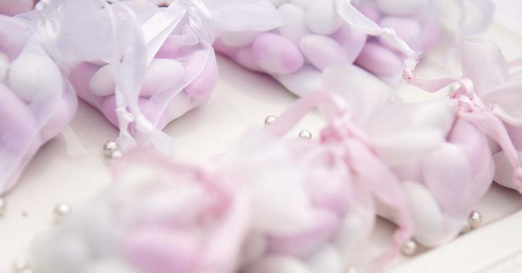 Faça você mesmo caixas de lembrancinhas com papel de seda no topo. Casamentos, festas e chás podem ficar caros quando se inclui pequenos detalhes como enfeites e lembrancinhas, mas essas também são as áreas em que você pode reduzir os custos. Qualquer quantidade que você economizar nesses itens pode ser investida em outras coisas, como no vestido de casamento ou no bolo. Comece a produzir suas caixas de ...