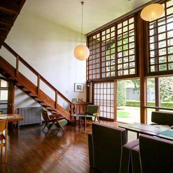 広々とした空間は、とても制限された面積で建てられたとは思えません。窓はガラス以外、サッシの車輪やレールに至るまで、すべて木材。昭和初期で、このモダンなデザインとクオリティは圧巻です。