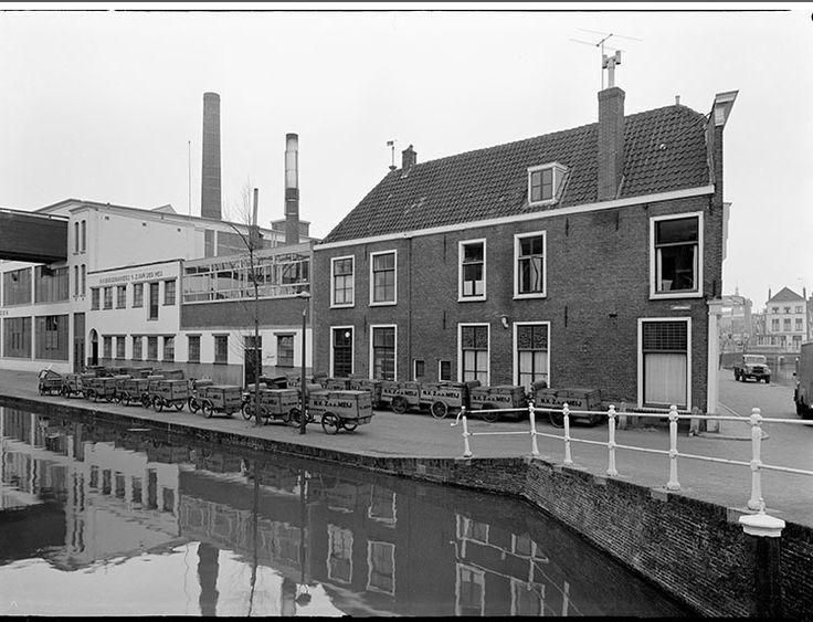 Lange Gracht, Banketbakkerij van de LBF naast bakkerij V.d.Meij. Het water kleurde rood of groen om de paar dagen. Later gedempt en tot Cityring gepromoveerd.