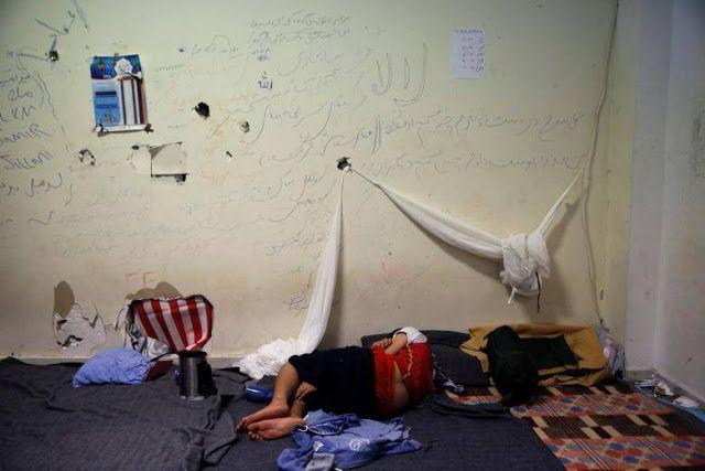 """Nasib mengenaskan pengungsi di Yunani  Seorang anak tidur di bekas bandara Hellenikon tempat sementara bagi pengungsi dan migran di Athena Yunani (13/7/2016. REUTERS)  Badan amal internasional Save The Children menemukan fakta mengejutkan kondisi anak-anak pengungsi di kamp Yunani. Menurut laporan itu ditemukan anak-anak yang berusaha bunuh diri dengan cara melukai tubuhnya sendiri juga penggunaan obat-obatan. Mereka ingin mengakhiri """"penderitaan tak berujung"""" menurut lembaga itu Kamis…"""