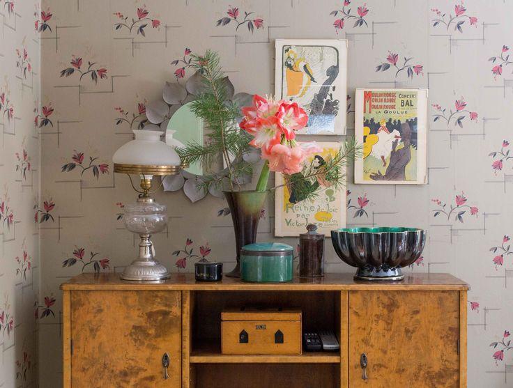 Sideboard med keramik och porslin i svart och turkos. Foto: Erika Åberg