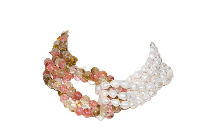 Con perlas de rio blancas y ágatas rosadas multicolor