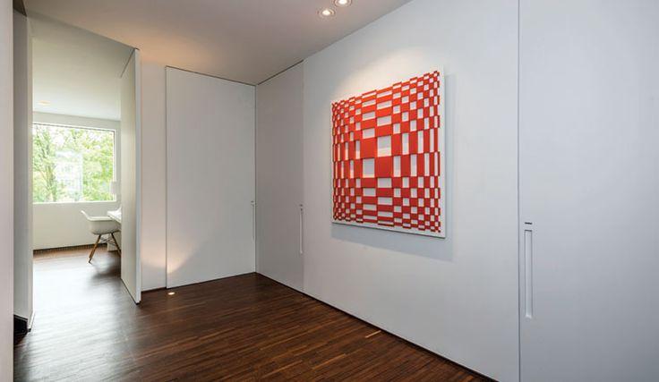 Minimalistische architectuur zweert bij strakke lijnen, soberheid en een 'terug naar de essentie'-mentaliteit. Op het vlak van binnendeuren resulteert dat in ingewerkte scharnieren, onzichtbaar geï…