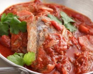 Pavés de saumon à la tomate et aux poireaux à moins de 200 calories : http://www.fourchette-et-bikini.fr/recettes/recettes-minceur/paves-de-saumon-la-tomate-et-aux-poireaux-moins-de-200-calories.html