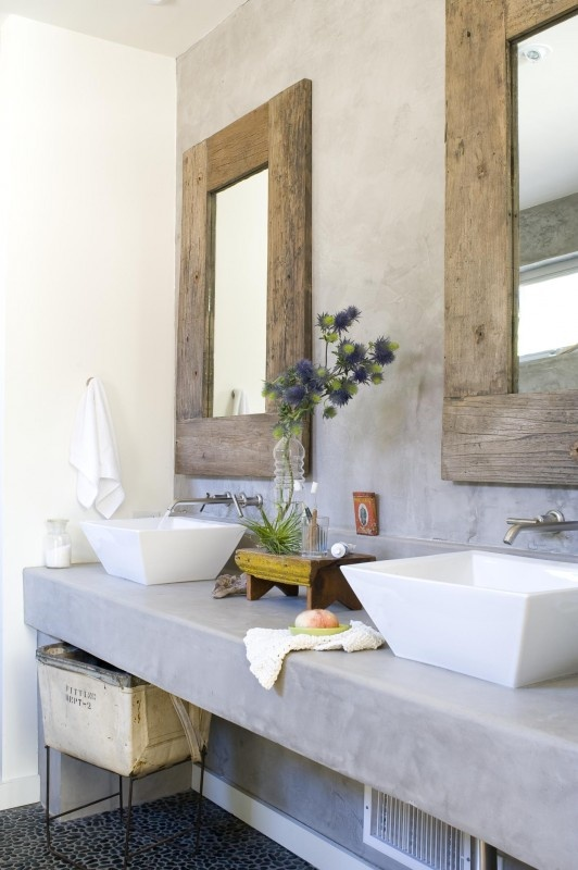 Rustikale Spiegel über einem massiven Waschtisch. Reduzierte Formen verbunden mit hochwertigen Materialien.