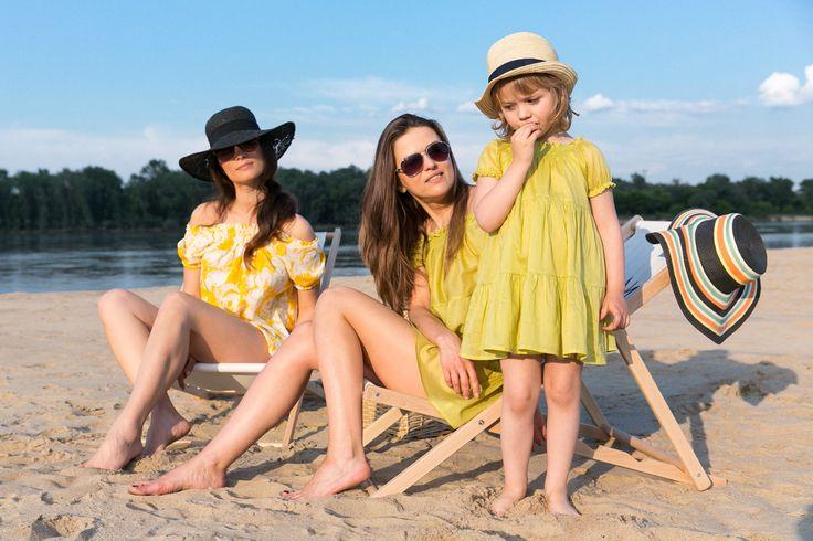 Matching mommy and daughter outfits. TUNIKA L'PLAYA SET Zestaw dwóch subtelnych, wygodnych tunik dla mamy i córeczki, z batystu w kolorze limonki. Szereg cienkich gumek przy dekolcie umożliwia dowolne jego modelowanie. Przewiewna propozycja idealna podczas wakacyjnego relaksu.