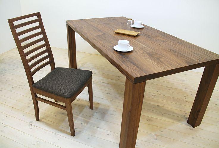 当店のダイニングテーブル「凛(幅1500/ウォールナット)」、ダイニングチェア「凛(布座/ウォールナット)」です。 天然木・無垢材を活かしたシンプル、シックでモダンな高級感ある雰囲気を演出します。自然工房【kyno.jp】