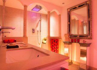 Dusch-Lichtbad Die Badgestaltung der etwas anderen Art. Andalusische Rundbögen mit filigranen Säulen aus Jura Marmor als Spritzschutz in der Erlebnisdusche. So schaut nun das exklusives...