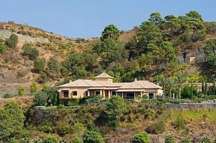 Beautiful villa on a top location within the Marbella Club Golf Resort - http://www.aiximmo.ch/property/beautiful-villa-on-a-top-location-within-the-marbella-club-golf-resort/- Beautiful villa on a top location within the Marbella Club Golf ResortPlot: 5.718 m2 - Built: 721 m2 - Terraces (covered & porches): 140 m24 bed / 4 bathGroundfloor :Entrance large hallway, living area with fireplace, separate dining area, fully fitted kitchen, laundry area, master bedroom en suite wit