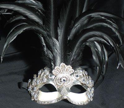 Colombina con piume e macramè color argento SA 43. Maschera originale veneziana realizzata a mano in cartapesta. Decorata con la tecnica dello screpolato, pizzo macramè ed impreziosita da cristalli Swarovski e perle, con l'aggiunta di piume.