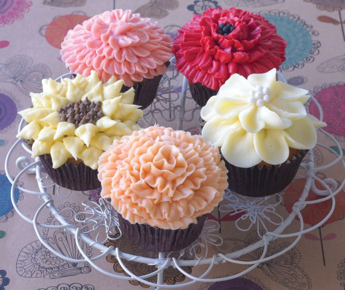 #CakeDecorating Piping Buttercream Flowers #CupcakesPipingPerfection #Issue13