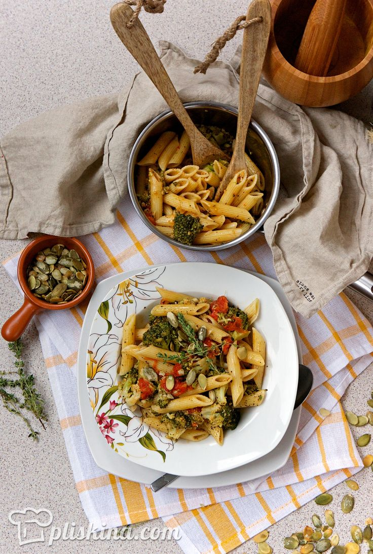 Вегетарианская паста с брокколи и печеными помидорами черри готова!