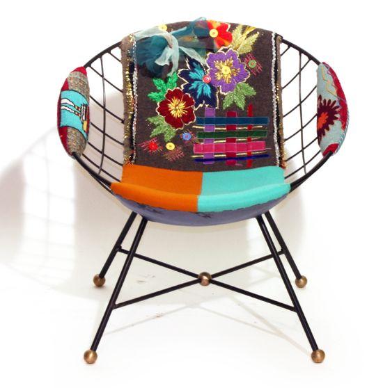 Me encanta esta silla de jardin decorada con tela de muchos colores.