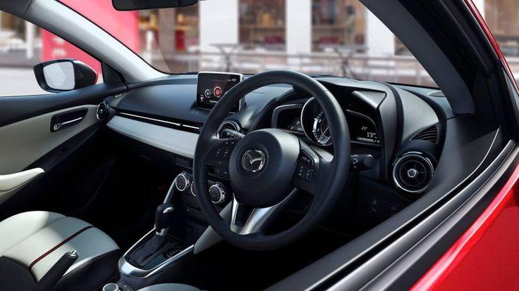 """De aller første bildene av småbilen Mazda 2 er sluppet - og det er foreløpig modeller beregnet på det japanske markedet - med rattet på """"feil"""" side. Men den kommer snart i versjonen som er tilpasset resten av verden også. Og dette ser virkelig lovende ut!"""