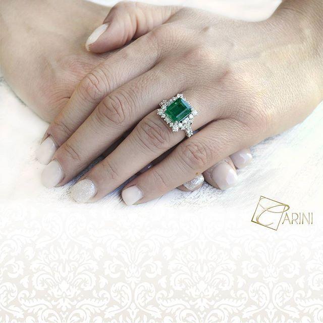 Anello con smeraldo e diamanti incassati in una preziosa montatura lavorata finemente a mano. Ispira un' eleganza regale in cui la preziosità dell'oro bianco si sposa con la pietra preziosa del verde smeraldo. Un vero e proprio must have della gioielleria. Smeraldo ct 4.09 Diamanti Bianchi ct 0.59 + 0.33 VS-SI G € 12.072  #carinigioielli #emerald #diamondring #wedding2017 #proposal #howheasked #jewelrydesign #highjewellery #finejewelry #diamondjewelry #howheasked #shesaidyes…