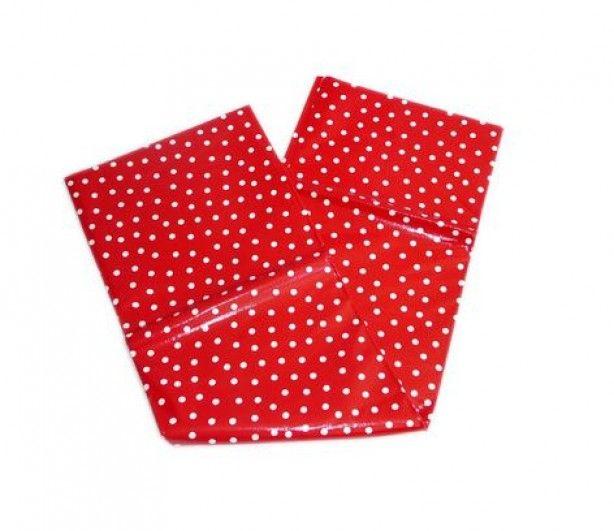 Zelf een waterdicht picknick kleed maken. Stik een fleeceplaid of andere deken vast aan een tafelzeil. Tafelzeil te koop bij bijvoorbeeld Hema en Blokker.
