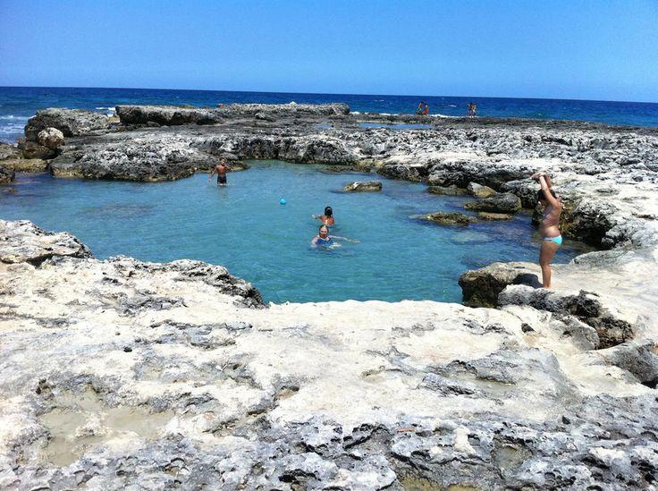Seguimos en el litoral este de Apulia (Puglia) ante de Torre dell'Orso encontramos a Roca, en miles de años agua y aire formaron estas piscinas naturales, una pequeña donde juegan los niños y una mas profunda. Agua cristalina , no ay arena solo roca pero a 50 metros ay una playa