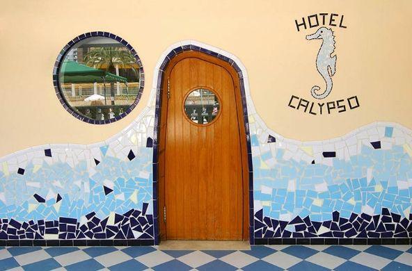 """#Hotel Servigroup Calypso en #Benidorm. Salón bar #Gaudí en la zona de la piscina. // Lounge-bar """"Gaudí"""" in the swimming pool area."""