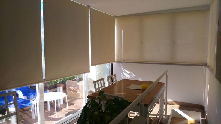 terraza acristalada con mucha insolación, solucionado con estores opacos