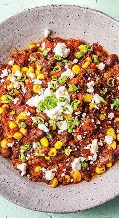Feurige Quinoa-Pfanne mit schwarzen Bohnen, Zuckermais und Feta