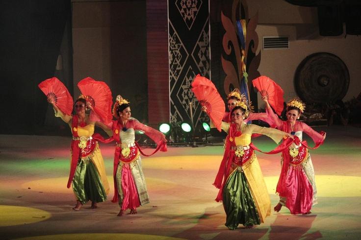 Tarian Bandung or Bandung Dances.  http://www.goindonesia.com/id/indonesia/jawa/bandung/seni_budaya/kesenian_bandung/tarian_bandung