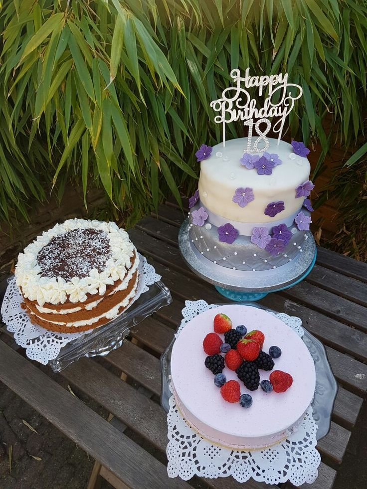 Taarten voor Erinn's 28de verjaardag. Bosvruchtenkwarktaart,  chocolade-kokostaart, lemoncurd smbc taart ( zilveren taart) en een Nutella smbc taart  (wit met bloemen)