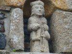 La Roche-Maurice (Finistère). Une statue toute récente insérée dans le porche d'une maison particulière.